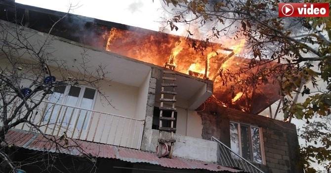 Hakkari'de İtfaiye dar sokağa giremeyince 2 katlı ev küle döndü