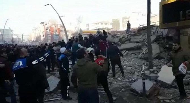 Zeytinburnu'nda bina çöktü: 1 ölü 5 yaralı