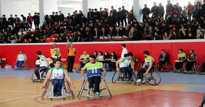 Hakkari Valisi Cüneyit Orhan Toprak Engelliler maçını izledi