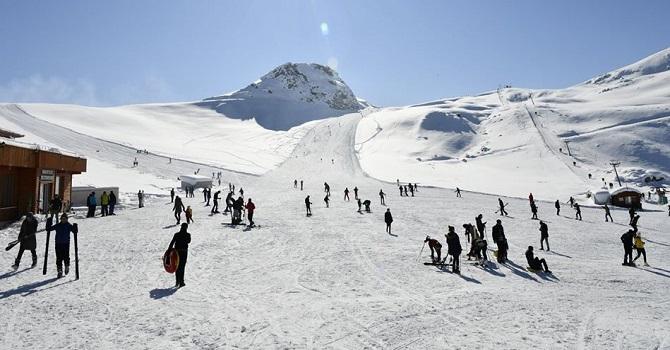 Hakkarililer hafta sonu kayak merkezine akın ediyor