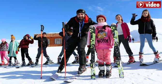 Hakkarili çocuklar kayak yapmayı öğreniyor