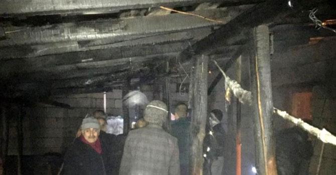 Hakkari'de 4 katlı evin çatısında yangın çıktı
