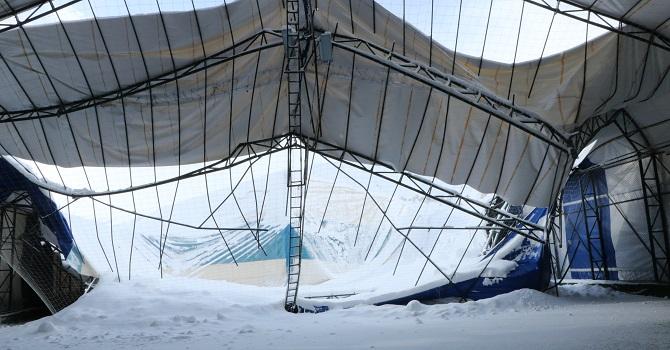 Hakkari'de, halı sahanın çatısı kar nedeniyle çöktü