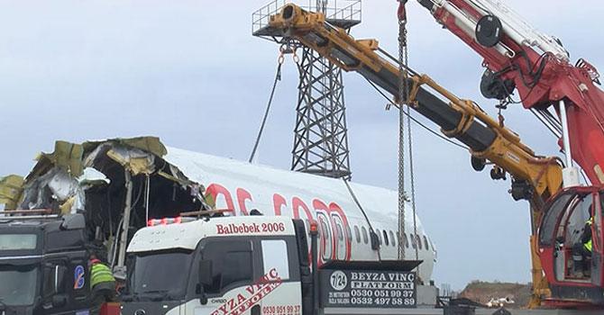 Pistten çıkan uçağın enkazı kaldırıldı