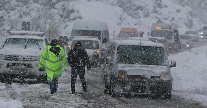 Hakkari-Van karayolu trafiğe kapatıldı, okullar 2 gün tatil edildi
