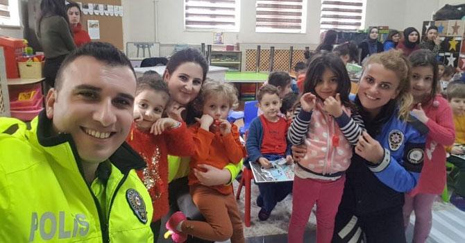 Hakkari polisi öğrencilere sevgiyi anlattı!