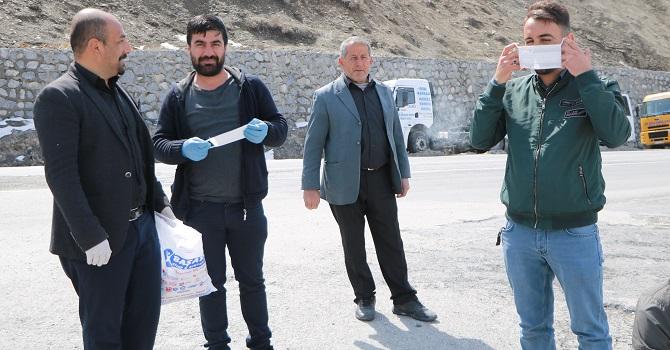 Başkan Aksaç, Hakkari'de vatandaşlara ücretsiz maske dağıttı