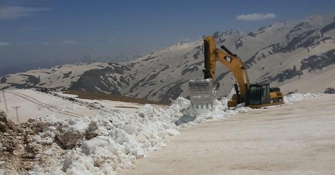 Hakkari'de Kar kalınlığının 5 metreyi bulduğu üs bölgede ekiplerin zorlu mesaisi