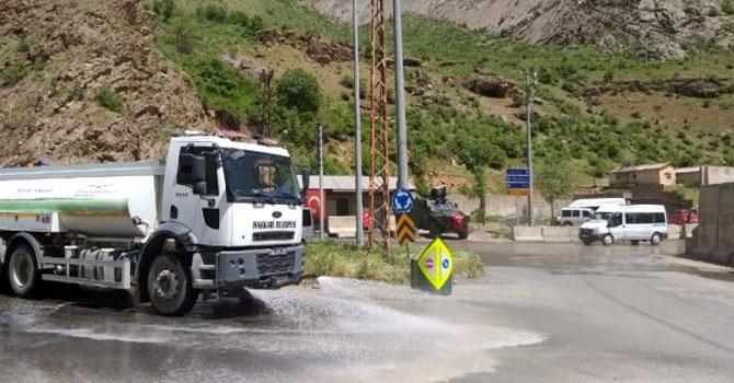 Hakkari'de yollar tazyikli suyla yıkandı