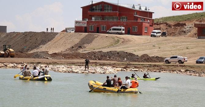 Hakkari'de 2 bin 800 rakımdaki doğal gölde kano gösterisi