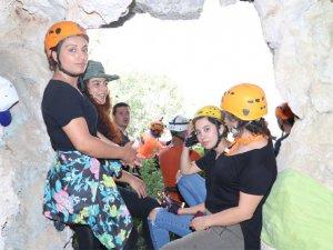 Hakkarili dağcılardan Sümbül Mağarasına çıkartma!