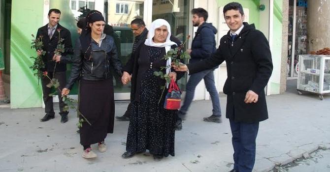ASP Hakkari'de  4000 kadına Gül dağıttı