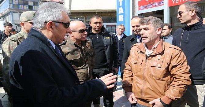 Hakkari Valisi Cüneyit Orhan Toprak, esnafları ziyaret etti