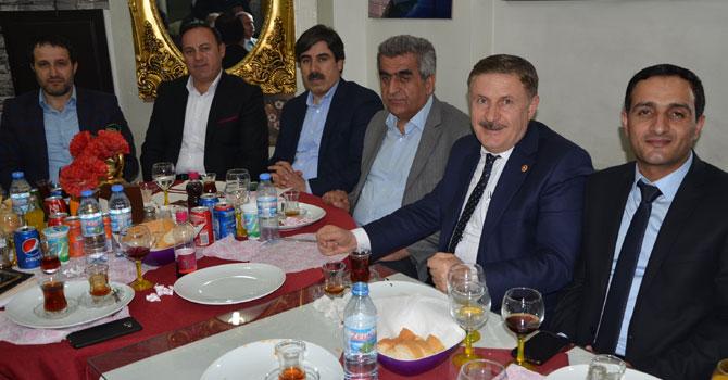 Ak Parti Hakkari eski il başkanları yemekte bir araya geldi
