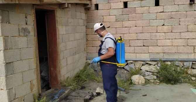 Hakkari'de dezenfekte ve yol yıkama çalışması