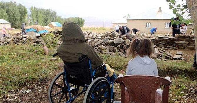 Yüksekovalı aile Yılan korkusuyla yeni ev yapıyorlar