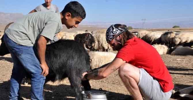 İtalyan turist Hakkari'de koyun sağıp, inşaatta çalıştı