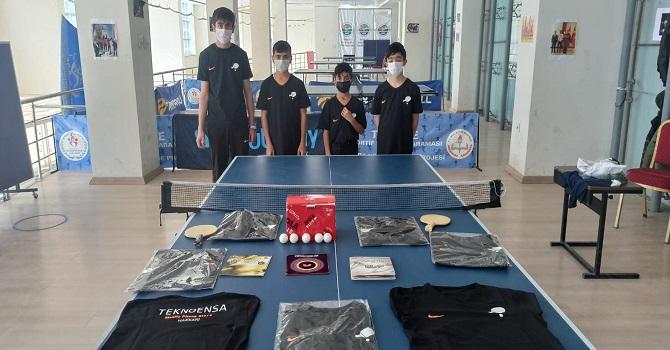 Hakkari'de masa tenisi sporcularına malzeme desteği