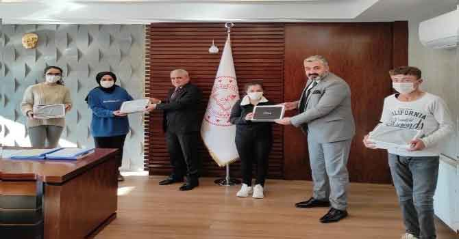 Başkan Özbek'ten öğrencilere tablet desteği