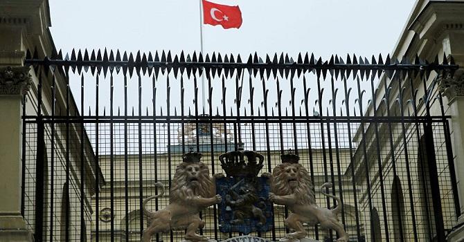 Hollanda Konsolosluğu'na Türk bayrağı çekildi