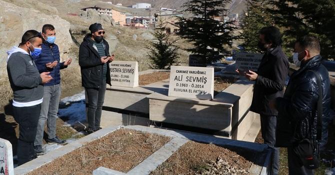 Hakkarili Gazeteci Ali Sevmiş mezarı başında anıldı