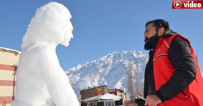 Hakkarili ressamdan kardan kadın heykeli