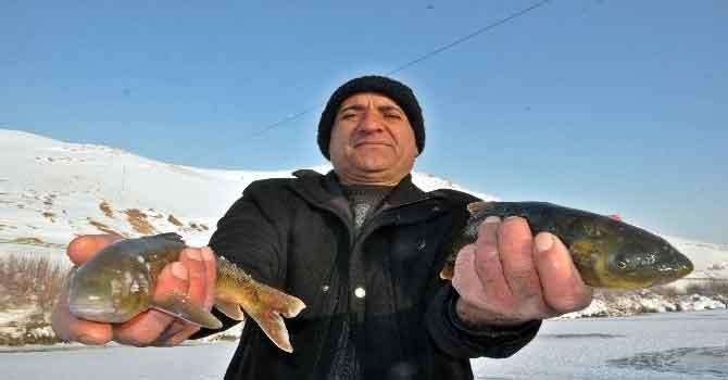 Buz tutan derede 'Eskimo usulü' balık avı