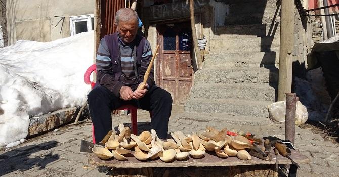 Yüksekova'da Dedesinden öğrendiği tahta kaşık yapımı, geçim kaynağı