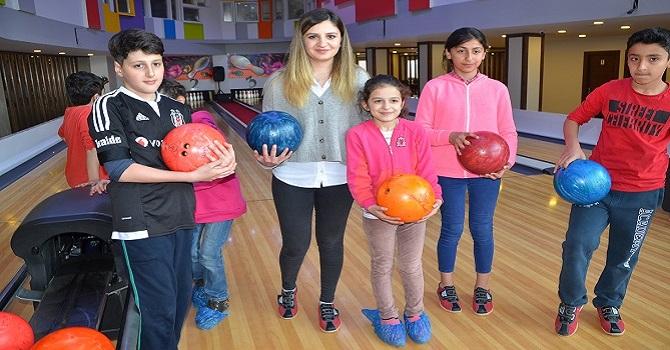 Özlem öğretmen,başarılı öğrencilerini bowling ile ödüllendirdi