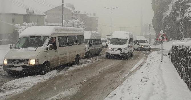 Hakkari'de  onlarca araç yolda mahsur kaldı