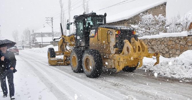 Yüksekova'da Kar Yağışı ile birlikte belediye ekipleri seferber oldu