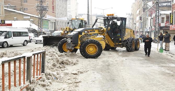Yüksekova Cengiz Topel Caddesi kardan temizlendi