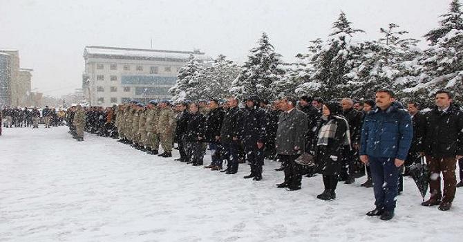 Hakkari'de Kar Yağışı Altında Çanakkale Şehitlerini Anma Töreni