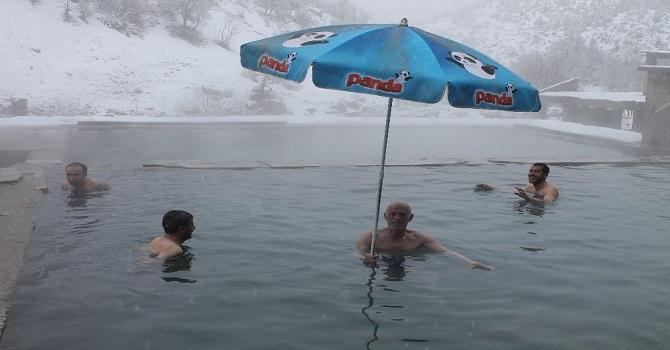 Kar altında Kaplıca Keyfi yaşadılar