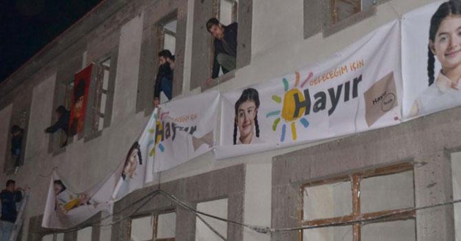 Uşak'ta afiş krizine geçici çözüm