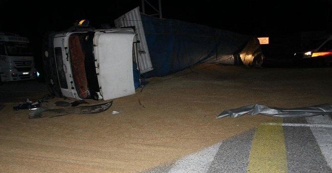 Bitlis'te buğday yüklü tır devrildi