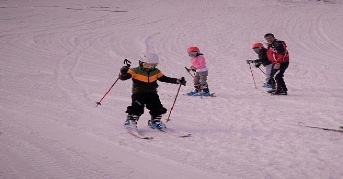 Askerler Yüksekovalı Çocuklara Kayak Eğitimi verdi