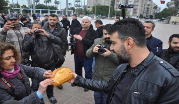 Gazetecilerden ekmek ve kelepçeli protesto