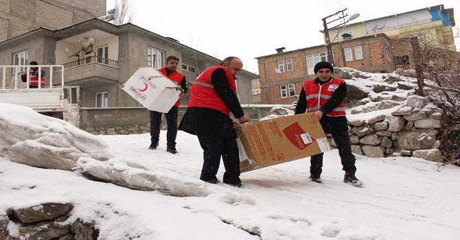 Hakkari'de Evleri Yanan ailelere yardım