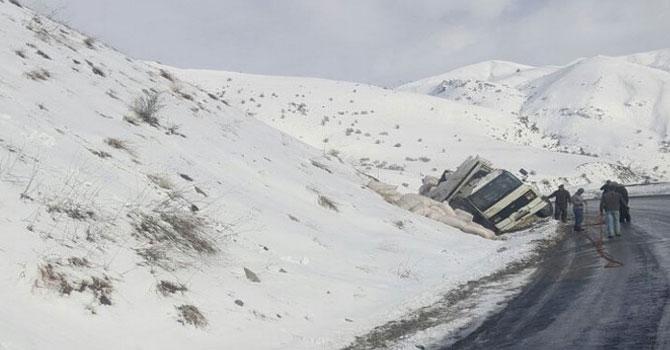 Hakkari'de saman yüklü kamyon kaza yaptı