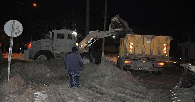 Yüksekova'da Zırhlı İş Makineleri kar temizledi