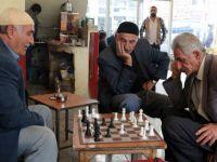 İki kişi oynuyor, onlarca kişi izliyor
