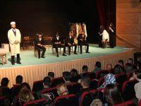Hakkari'de 'Azizname' adlı tiyatro oyunu sahnelendi