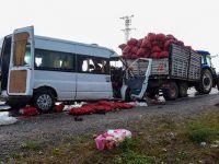 Minibüs traktörle çarpıştı: 2 ölü, 1'i ağır 10 yaralı