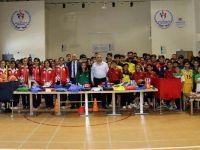 Hakkari'de Öğrencilere Spor Malzemesi Desteği