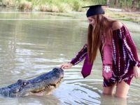 ABD'li üniversite öğrencisi dört metrelik timsahla mezuniyet fotoğrafı çektirdi