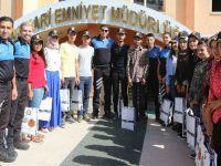 Polis ekipleri, Hakkari'deki başarılı Öğrencileri Tebrik etti