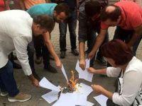 'Maaşlarımız eriyor' diyerek bordrolarını yaktılar