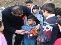 Vali Akbıyık, parkta çocuklara oyuncak dağıttı