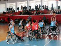 Vali Akbıyık, engellilerin maçını izledi!